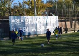 dp.uz.gov.ua: До професійного свята придніпровські залізничники отримали поле для міні-футболу, де зіграли перший матч