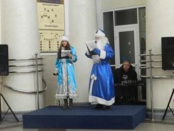 dp.uz.gov.ua: Пасажирів вокзалу Дніпропетровськ-Головний зустрічали Дід Мороз, Снігуронька та святкові співи