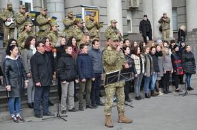 dp.uz.gov.ua: На головному вокзалі Дніпра пройшов патріотичний флешмоб