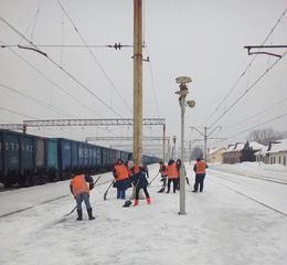 dp.uz.gov.ua: Придніпровські залізничники продовжують боротися з наслідками зимової негоди