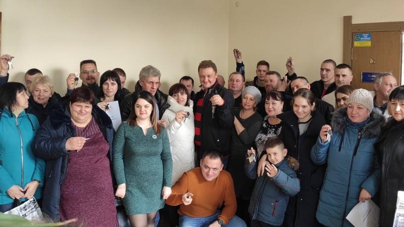 dp.uz.gov.ua: Родини залізничників із Синельникового отримали ордери та  ключі від нових квартир