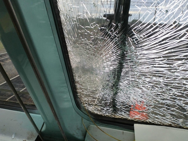 dp.uz.gov.ua: Неповнолітні хулігани камінням пошкодили лобове скло вантажного локомотива