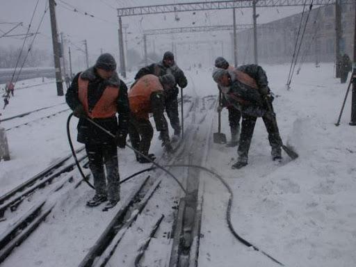 dp.uz.gov.ua: Придніпровські залізничники очищують інфраструктуру від снігу, поїзди курсують за графіком