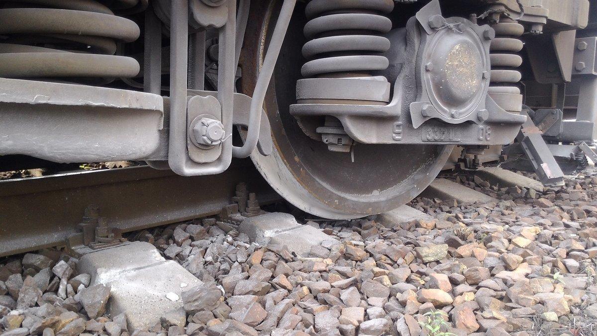 dp.uz.gov.ua: Через крадіжку елементів верхньої будови колії на Придніпровській залізниці зійшов з рейок тепловоз і вантажний вагон