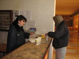 dp.uz.gov.ua: У Сімферополі безхатченків годують і обігрівають біля залізничного вокзалу
